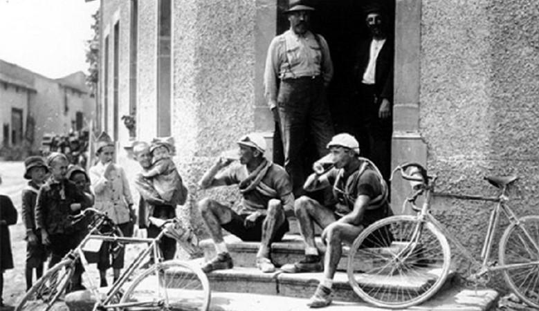 Hőskor: a kerékpárverseny résztvevői megállnak egy sörre a kocsmában