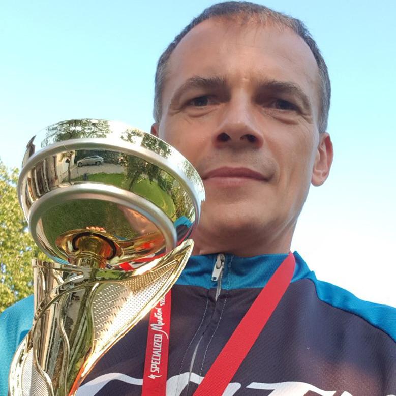 Bodócs Mihály kerékpáros a kupával